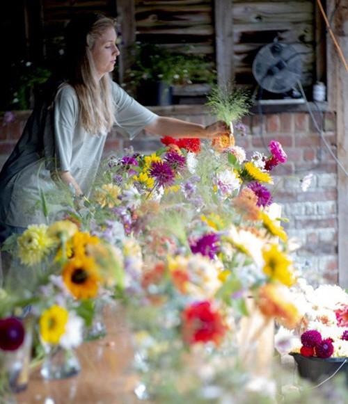 Khu vườn rực rỡ của cặp vợ chồng tự trồng hoa cho đám cưới - Ảnh 6.