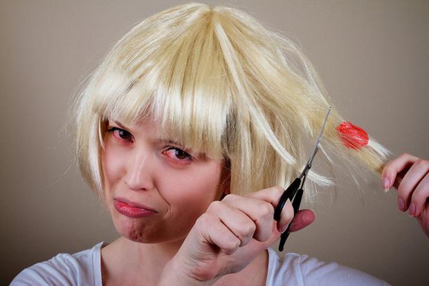 Bị bã cao su dính vào tóc đừng vội dùng kéo cắt mà hỏng cả bộ tóc, cách đơn giản sau đây sẽ giúp bạn lấy nó ra dễ dàng - Ảnh 6.