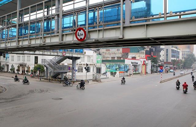 Phố xá Hà Nội vắng lặng yên bình trong ngày đầu năm mới 2020  - Ảnh 10.