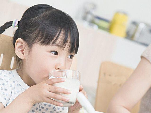 Chuyên gia cảnh báo trẻ nhỏ nghiện uống trà sữa có thể không phát triển chiều cao - Ảnh 4.