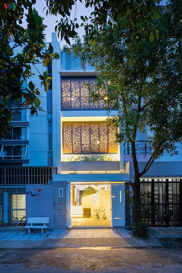 Ngôi nhà phố có những cánh cửa gỗ trổ hình tam giác gây hiệu ứng đặc biệt trong nhà - Ảnh 12.