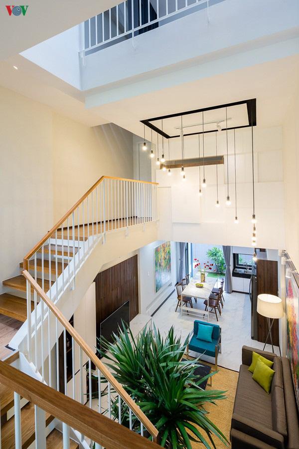 Ngôi nhà phố có những cánh cửa gỗ trổ hình tam giác gây hiệu ứng đặc biệt trong nhà - Ảnh 9.