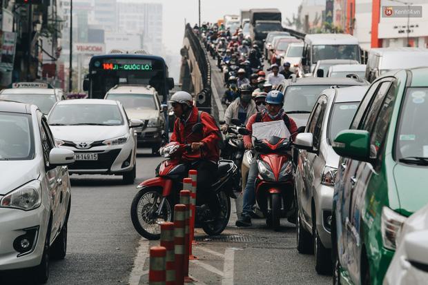Cửa ngõ sân bay Tân Sơn Nhất kẹt xe kinh hoàng ngày giáp Tết - Ảnh 11.