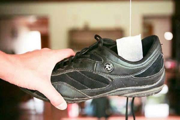 Hôi giày thực sự là một vấn nạn khiến nhiều người xấu hổ trước đám đông, mẹo vặt này sẽ giúp bạn khử mùi hiệu quả - Ảnh 2.