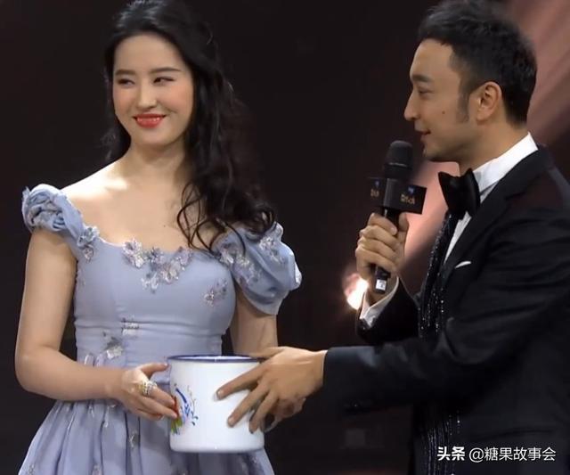 Lưu Diệc Phi, Phạm Băng Băng bị kiểm tra số đo cơ thể trên truyền hình - Ảnh 2.