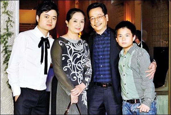 Cuộc sống gia đình hạnh phúc vợ đẹp con ngoan của 2 ông bố gây sốt màn ảnh phim giờ vàng 2019 - Ảnh 2.
