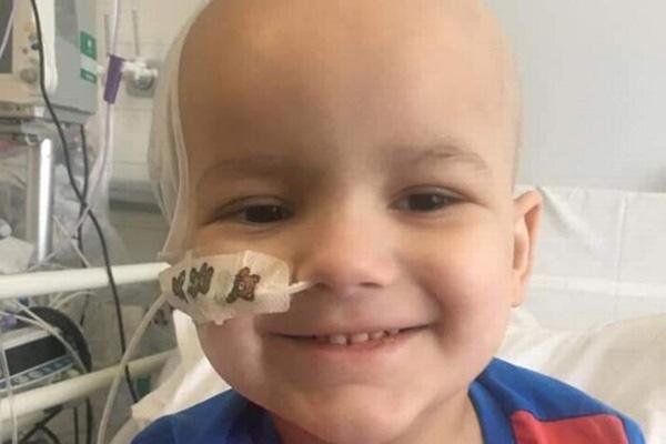 Bé trai bị sốt cao, đang đi thì ngã khuỵu, bố mẹ không ngờ con bị u não dù bác sĩ chỉ chẩn đoán là sốt thông thường - Ảnh 1.