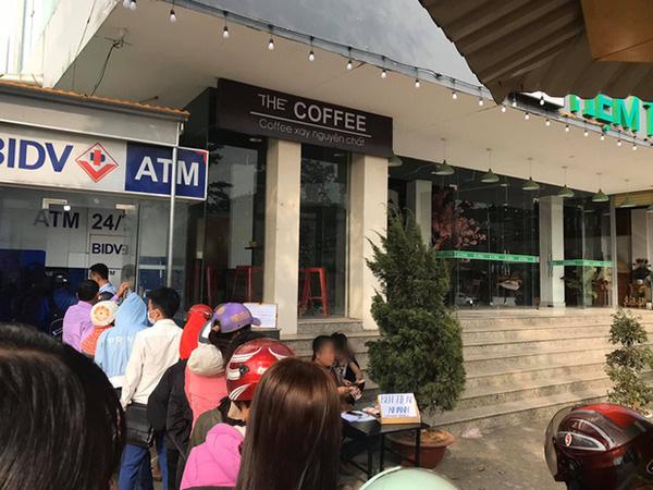 Thấy dòng người chen nhau xếp hàng trước cây ATM ngày giáp Tết, người đàn ông kê bàn mở luôn dịch vụ... rút tiền nhanh  - Ảnh 1.