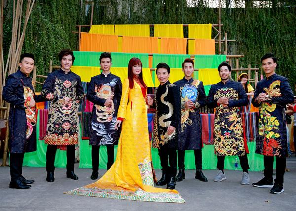 Con trai 15 tuổi có chiều cao khủng của diễn viên Hiền Mai diện áo dài cùng mẹ và ca sĩ Đoan Trường - Ảnh 1.