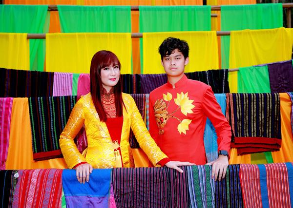 Con trai 15 tuổi có chiều cao khủng của diễn viên Hiền Mai diện áo dài cùng mẹ và ca sĩ Đoan Trường - Ảnh 4.