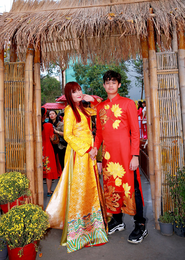 Con trai 15 tuổi có chiều cao khủng của diễn viên Hiền Mai diện áo dài cùng mẹ và ca sĩ Đoan Trường - Ảnh 5.