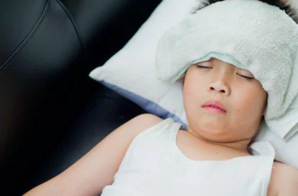 Mẹ tin lời bác sĩ Google khi thấy con bị sốt khiến đứa trẻ bị tổn thương tim nghiêm trọng - Ảnh 1.