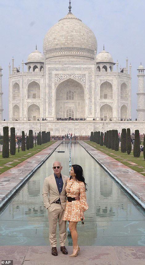 """Tỷ phú Amazon cùng bạn gái chụp ảnh tình tứ trước ngôi đền tình yêu nổi tiếng, """"kẻ thứ 3"""" bị dân mạng ném đá vì chi tiết kém sang này - Ảnh 1."""