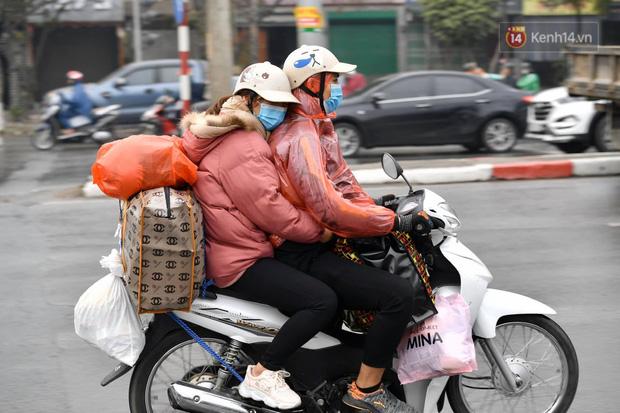 Trẻ nhỏ trùm chăn, khoác áo mưa chật vật theo chân bố mẹ rời Thủ đô về quê ăn Tết - Ảnh 11.