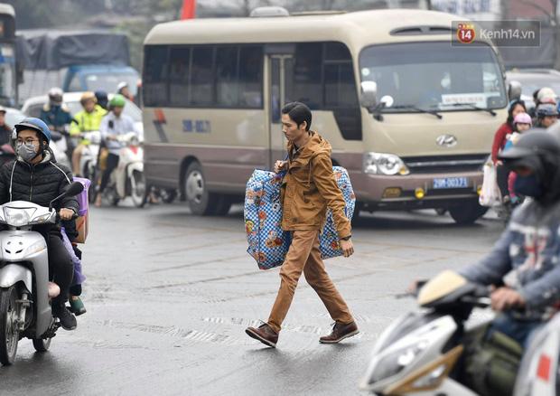Trẻ nhỏ trùm chăn, khoác áo mưa chật vật theo chân bố mẹ rời Thủ đô về quê ăn Tết - Ảnh 12.