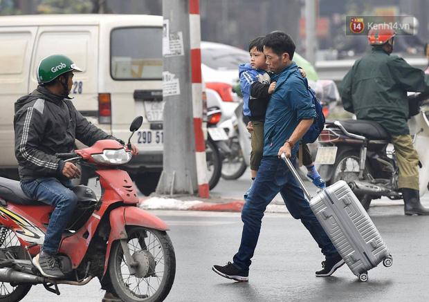 Trẻ nhỏ trùm chăn, khoác áo mưa chật vật theo chân bố mẹ rời Thủ đô về quê ăn Tết - Ảnh 13.