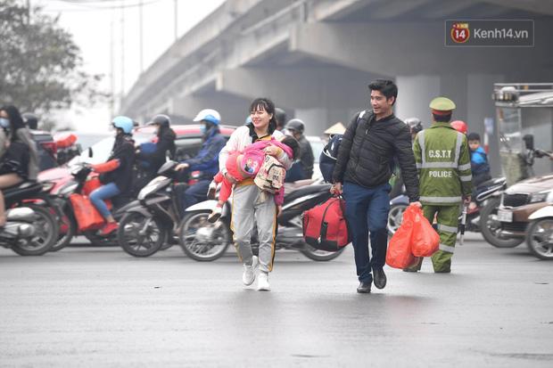 Trẻ nhỏ trùm chăn, khoác áo mưa chật vật theo chân bố mẹ rời Thủ đô về quê ăn Tết - Ảnh 14.