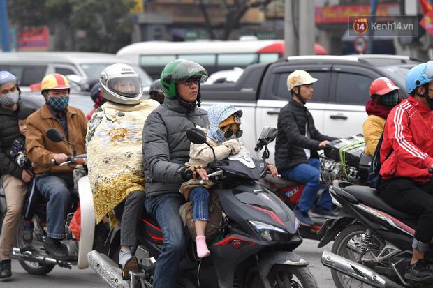Trẻ nhỏ trùm chăn, khoác áo mưa chật vật theo chân bố mẹ rời Thủ đô về quê ăn Tết - Ảnh 15.