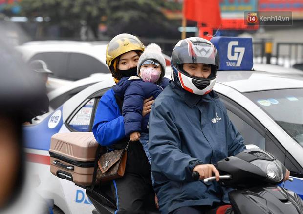 Trẻ nhỏ trùm chăn, khoác áo mưa chật vật theo chân bố mẹ rời Thủ đô về quê ăn Tết - Ảnh 16.