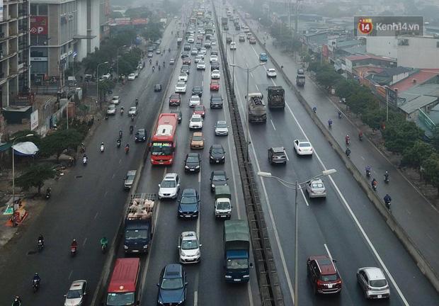 Trẻ nhỏ trùm chăn, khoác áo mưa chật vật theo chân bố mẹ rời Thủ đô về quê ăn Tết - Ảnh 17.