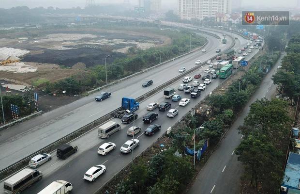 Trẻ nhỏ trùm chăn, khoác áo mưa chật vật theo chân bố mẹ rời Thủ đô về quê ăn Tết - Ảnh 18.