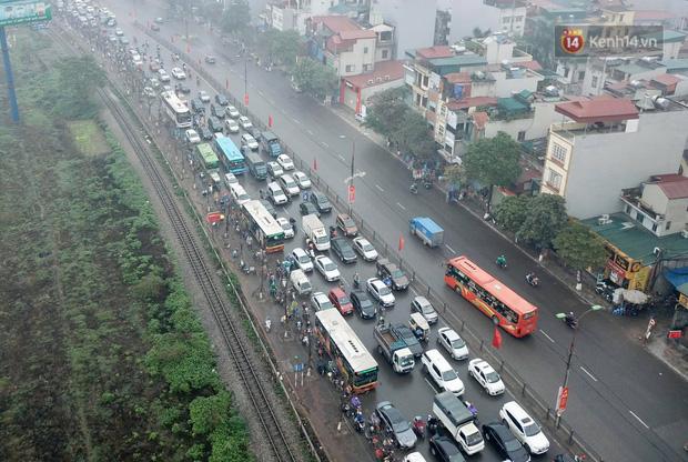 Trẻ nhỏ trùm chăn, khoác áo mưa chật vật theo chân bố mẹ rời Thủ đô về quê ăn Tết - Ảnh 20.