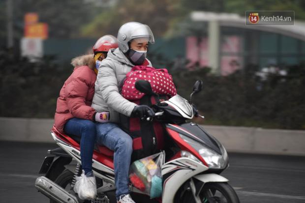 Trẻ nhỏ trùm chăn, khoác áo mưa chật vật theo chân bố mẹ rời Thủ đô về quê ăn Tết - Ảnh 3.