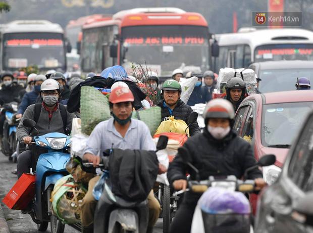 Trẻ nhỏ trùm chăn, khoác áo mưa chật vật theo chân bố mẹ rời Thủ đô về quê ăn Tết - Ảnh 21.