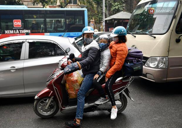 Trẻ nhỏ trùm chăn, khoác áo mưa chật vật theo chân bố mẹ rời Thủ đô về quê ăn Tết - Ảnh 4.