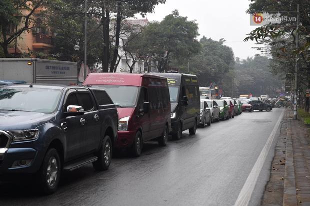 Trẻ nhỏ trùm chăn, khoác áo mưa chật vật theo chân bố mẹ rời Thủ đô về quê ăn Tết - Ảnh 6.