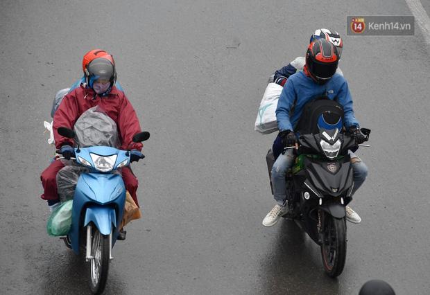 Trẻ nhỏ trùm chăn, khoác áo mưa chật vật theo chân bố mẹ rời Thủ đô về quê ăn Tết - Ảnh 8.