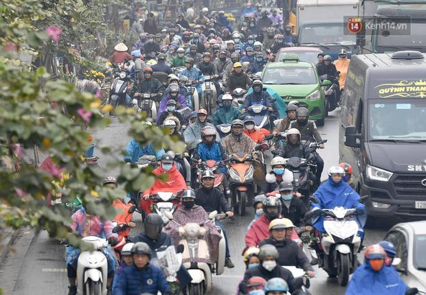 Trẻ nhỏ trùm chăn, khoác áo mưa chật vật theo chân bố mẹ rời Thủ đô về quê ăn Tết - Ảnh 9.