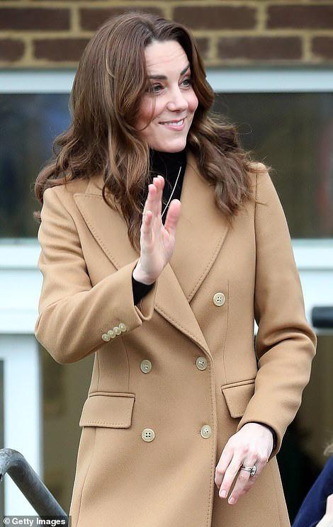 Vừa rời khỏi hoàng gia Anh, Meghan Markle đã bị chị dâu Kate chiếm hết spotlight, tạo ra hình ảnh khác nhau một trời một vực - Ảnh 1.