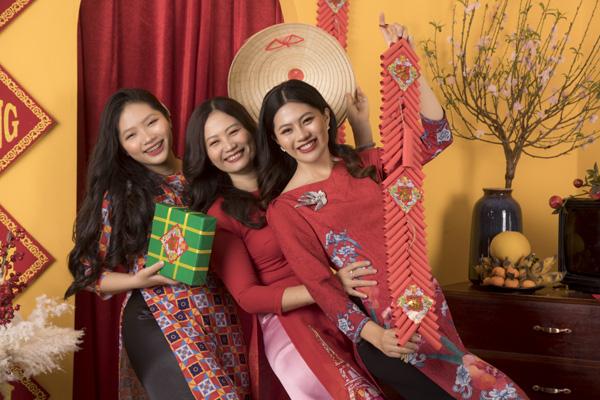 Chân dung bố mẹ trẻ đẹp của Hoa hậu Hương Giang khiến fan ngỡ ngàng qua bộ ảnh đón Tết Canh Tý 2020 - Ảnh 1.