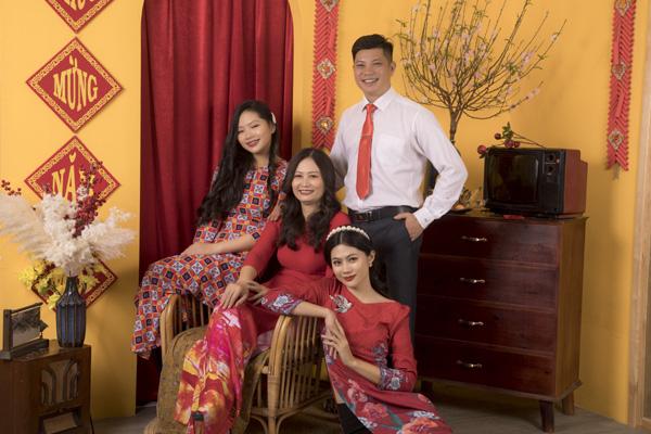 Chân dung bố mẹ trẻ đẹp của Hoa hậu Hương Giang khiến fan ngỡ ngàng qua bộ ảnh đón Tết Canh Tý 2020 - Ảnh 2.