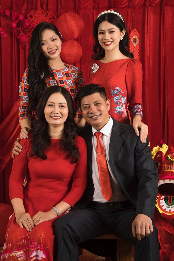 Chân dung bố mẹ trẻ đẹp của Hoa hậu Hương Giang khiến fan ngỡ ngàng qua bộ ảnh đón Tết Canh Tý 2020 - Ảnh 5.