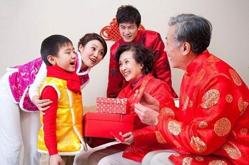 Bỏ mặc bố mẹ già đón Tết để đi du lịch là tân tiến hay mất lễ nghĩa? - Ảnh 1.