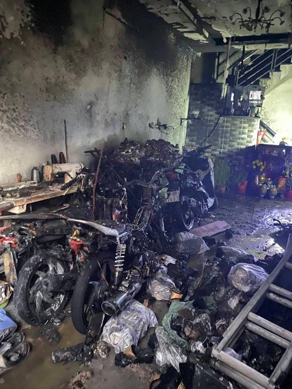 TP. HCM: Cháy 2 căn nhà lúc rạng sáng mùng 1 Tết, 5 người được giải cứu nhưng nhiều xe máy bị thiêu rụi - Ảnh 1.