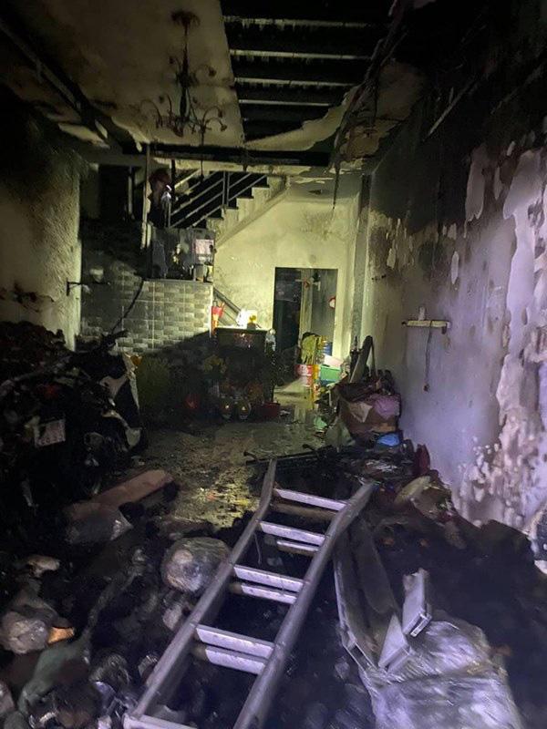 TP. HCM: Cháy 2 căn nhà lúc rạng sáng mùng 1 Tết, 5 người được giải cứu nhưng nhiều xe máy bị thiêu rụi - Ảnh 3.