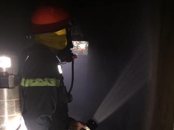 Cháy do thắp hương ngày Tết, cụ bà 80 tuổi mắc kẹt trong căn nhà 2 tầng - Ảnh 1.