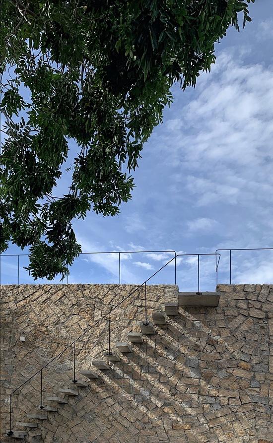 Ngôi nhà ở Cam Ranh nửa nổi nửa chìm trên đồi đá  - Ảnh 8.