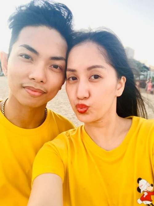 Khánh Thi đưa bố mẹ chồng đi tắm biển - Ảnh 3.
