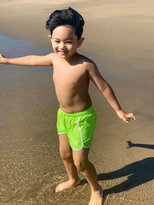 Khánh Thi đưa bố mẹ chồng đi tắm biển - Ảnh 5.