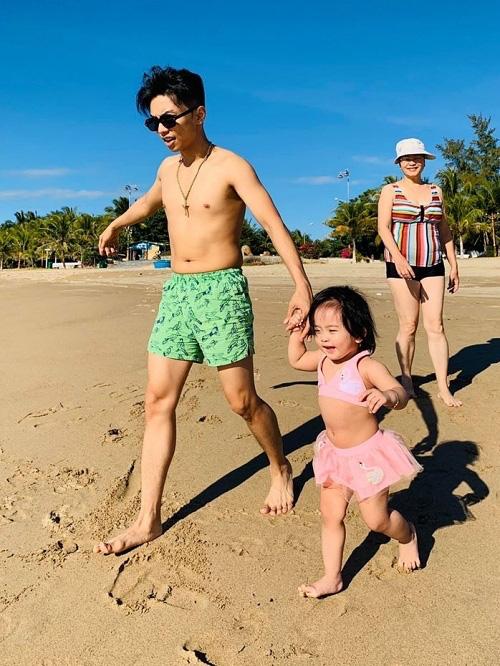 Khánh Thi đưa bố mẹ chồng đi tắm biển - Ảnh 7.