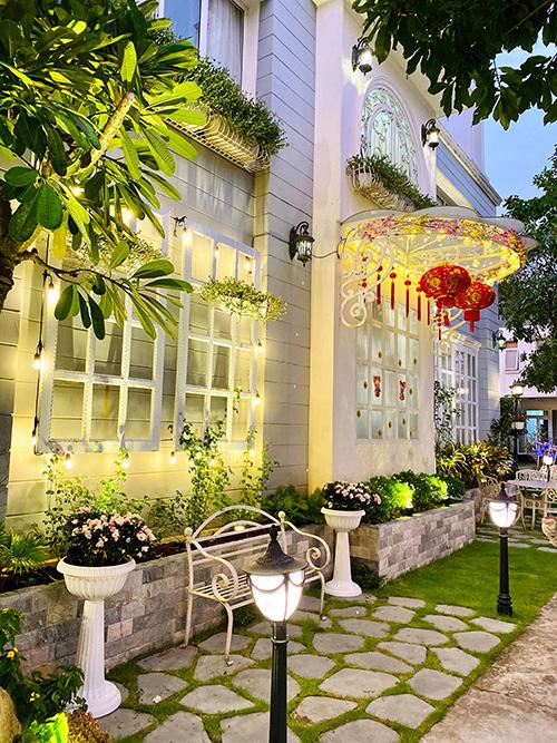 Nhìn cách trang trí biệt thự dịp Tết mới thấy cuộc sống xa hoa của cựu người mẫu Việt nổi tiếng nhất nhì thập niên 90 - Ảnh 5.