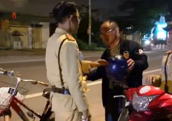 Một người đàn ông Trung Quốc say xỉn đi xe đạp bị phạt 500 nghìn đồng - Ảnh 1.