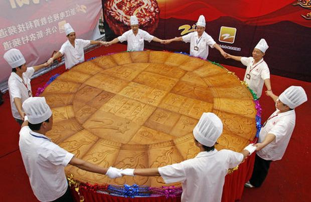 Những chiếc bánh trung thu siêu to khổng lồ nhìn là choáng - Ảnh 10.