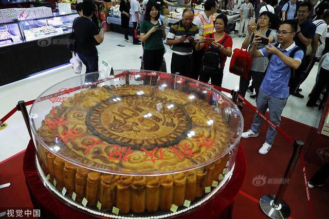 Những chiếc bánh trung thu siêu to khổng lồ nhìn là choáng - Ảnh 6.