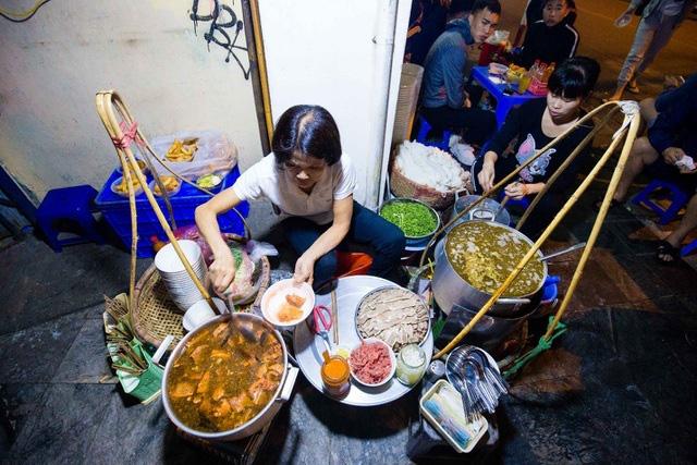 Quán phở kỳ lạ ở Hà Nội: Chỉ mở lúc 3 giờ sáng, khách xếp hàng như bao cấp - Ảnh 1.