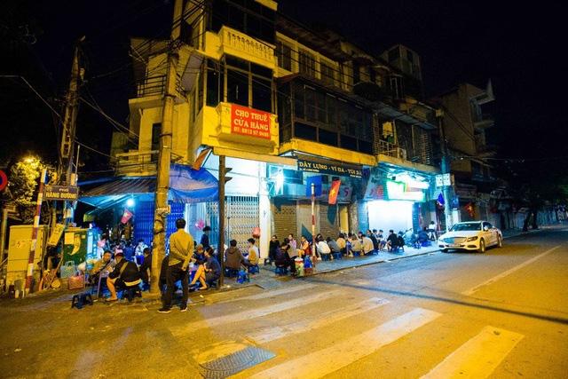 Quán phở kỳ lạ ở Hà Nội: Chỉ mở lúc 3 giờ sáng, khách xếp hàng như bao cấp - Ảnh 2.